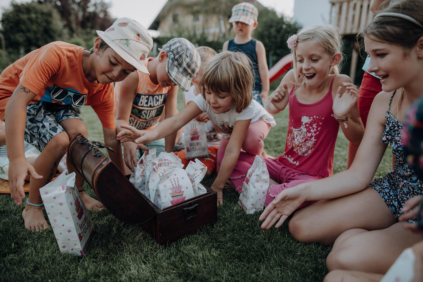 Kinder öffnen Schatzkiste